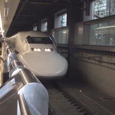 Shinkansen fährt in Shinagawa Station ein
