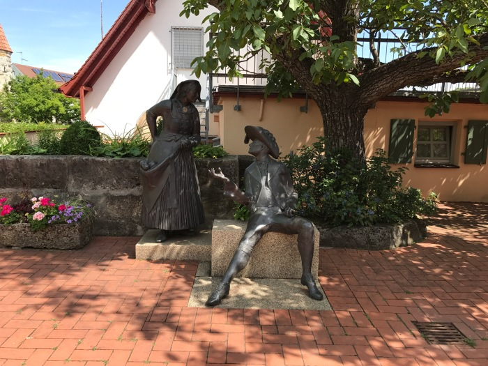 Figuren im Pfarrgarten in Effeltrich
