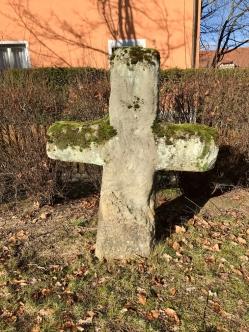 Effeltrich-I-SK3789 Sage: 1. Diese Kreuze sollen vor Jahrhunderten zum Gedächtnis an die bei der Belagerung der Kirchenburg Gefallenen errichtet worden sein. 2. Nach anderer Version liegen schwedische Soldaten darunter begraben.
