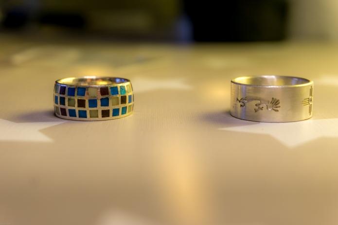 links der emaillierte Ring aus dem ersten Kurs und rechts der New Mexico Ring