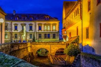 Das Amtsgericht mit Kaiserpfalz und Wallgraben in der Altstadt von Forchheim zur blauen Stunde