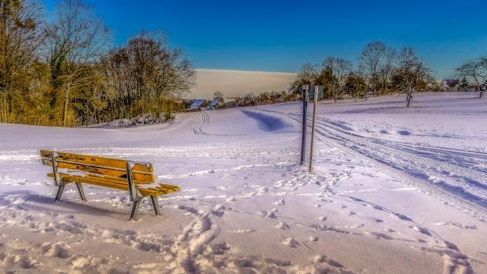 Die Bank im Schnee mit ihren Geheimnissen