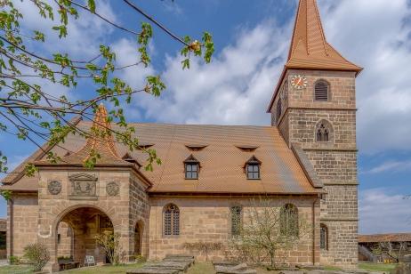 Die Kirche mit ihrem gotische Kirchturm