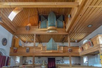 Eindrucksvolle Deckenverkleidung über der Orgel.