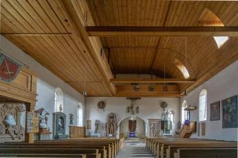 Der Altarraum mit der eindrucksvolle Deckenverkleidung.