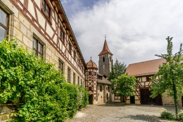 Spitalstrasse mit ehemaliger Pfarr- und Spitalkirche St. Leonhard