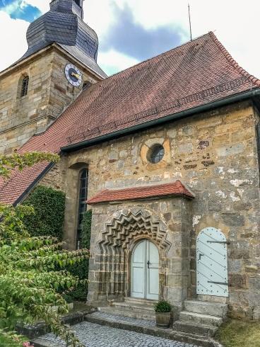 Kirche in Bronn mit schönem Eingangsportal