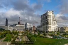 neues Wohnviertel an der Europa-Allee mit Messeturm (links)