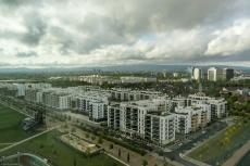 alles neue Wohngebäude, im Hintergrund kann man den Taunus sehen