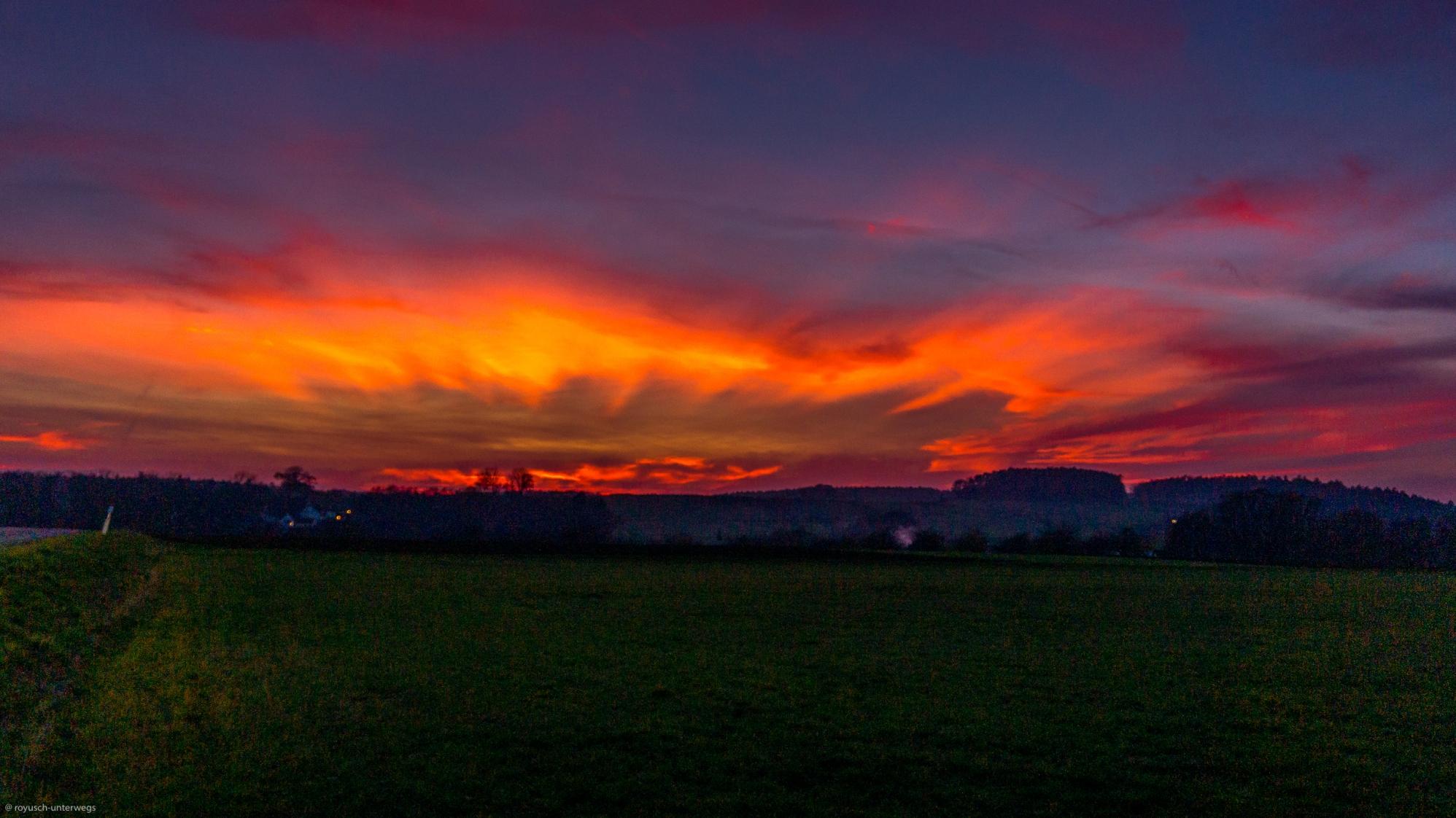 ein Sonnenuntergang bei mir zu Hause, den ich in solcher Form noch nie in meinem Leben erlebt habe