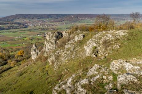Blick ins Wiesenttal mit Steinformationen am Walberla
