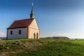St. Walburgis - Kapelle, im Hintergrund sieht man den Rodenstein mit Gipfelkreuz