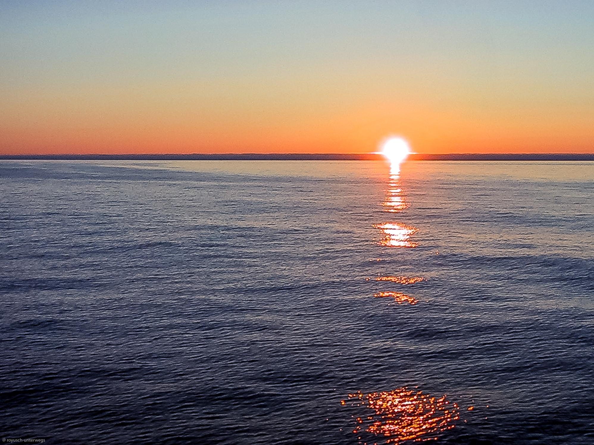 Sonnenuntergang zwischen Norwegen und Island, der eigentlich keiner ist, da die Sonne zu dieser Zeit nicht wirklich unter geht (tiefster Stand der Sonne)